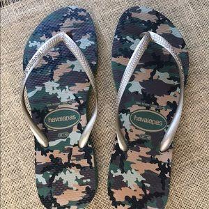 New! Havaianas gold/ camo flip flops, size 9/ 10
